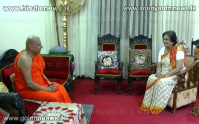 Chandrika+engages+in+a+lengthy+discussion+with+Malwathu+chief+prelate.+