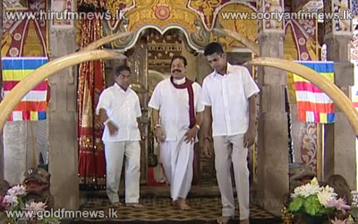 Video%3A+President+Mahinda+Rajapakse+pays+homage+to+the+temple+of+the+tooth+relic