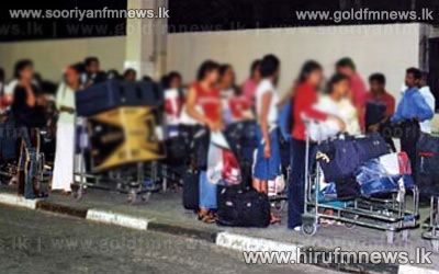 44+lankans+who+faced+various+hardships+in+Middle+East+arrives+in+the+island.+++