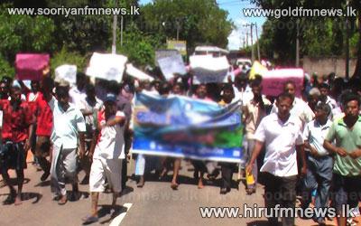A+protest+blocks+the+road+in+Ambanpola