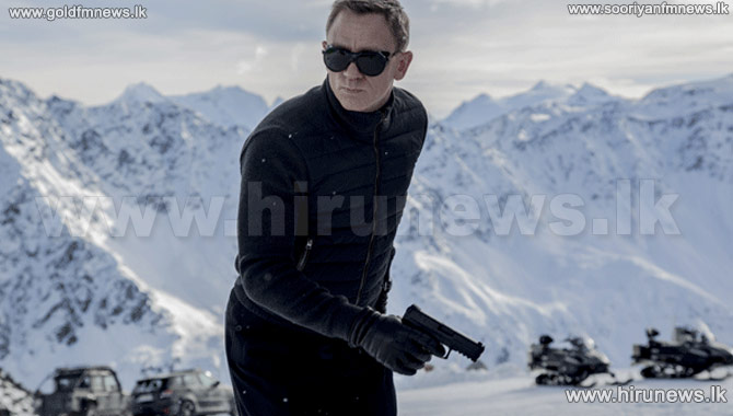 First+official+image+of+Daniel+Craig+on+set