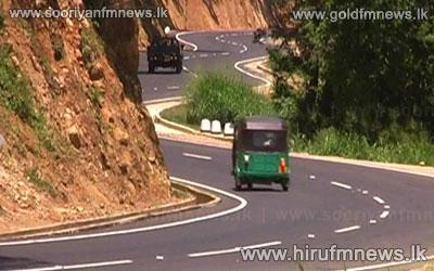 Kandy+-+Mahiyanganaya+18th+hair+pin+bed+road+blocked+due+to+an+earth+slip+in+Ududumbara