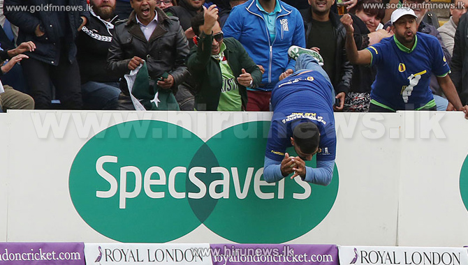 Fan+wins+trip+to+Australia+with+one-handed+catch+in+fifth+England+v+Pakistan+ODI