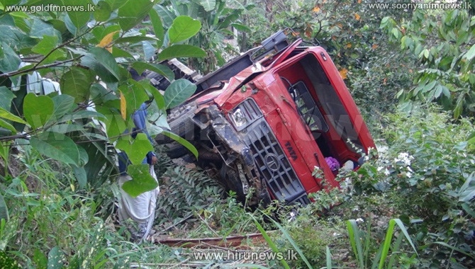 Four+injured+when+lorry+topple+off+the+road+in+Badulla+