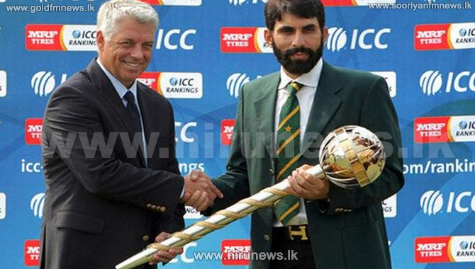 Misbah+receives+Test+mace+for+No.+1+ranking