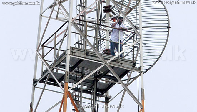 Protest+by+man+power+workers+on+telecom+tower+goes+on+for+ten+hours