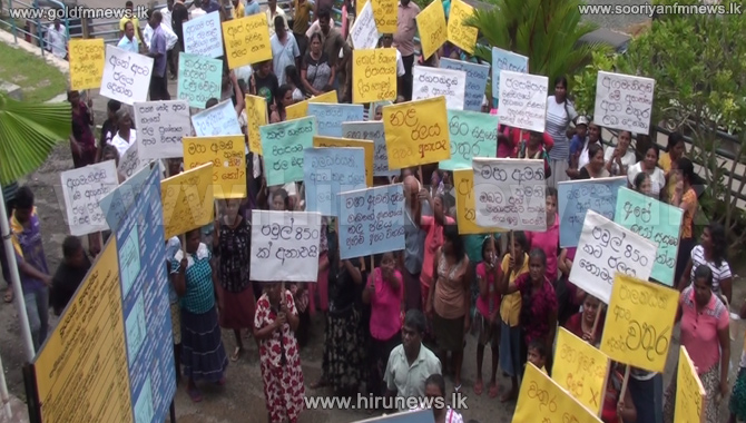 Residents+protest+at+Ambalangoda+Pradeshiya+Saba+demanding+drinking+water