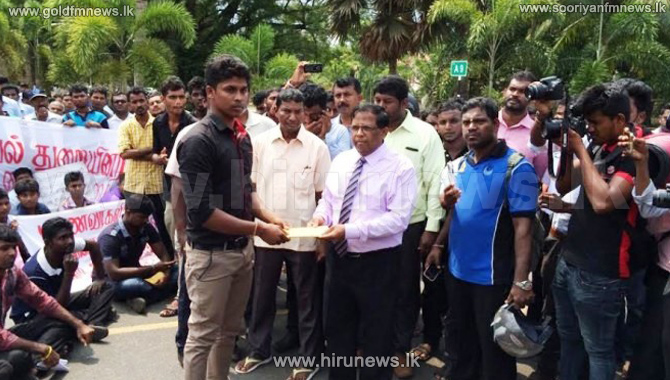 Jaffna+University+Students+Association+hands+over+a+petition+to+District+Secretary+
