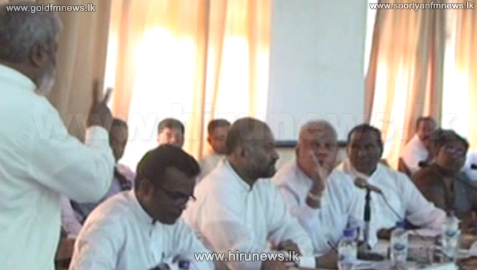 Tense+situation+during+the+Ratnapura+development+committee+meeting+due+to+small-+scale+power+plants