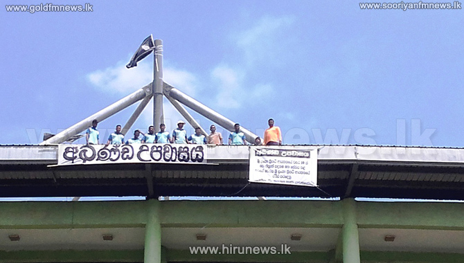 Fast+by+Dambulla+Stadium+workers+continues+%28Photos%29