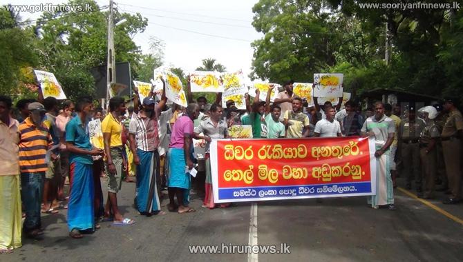 Protesters+block+Tangalle+-+Hambantota+main+road