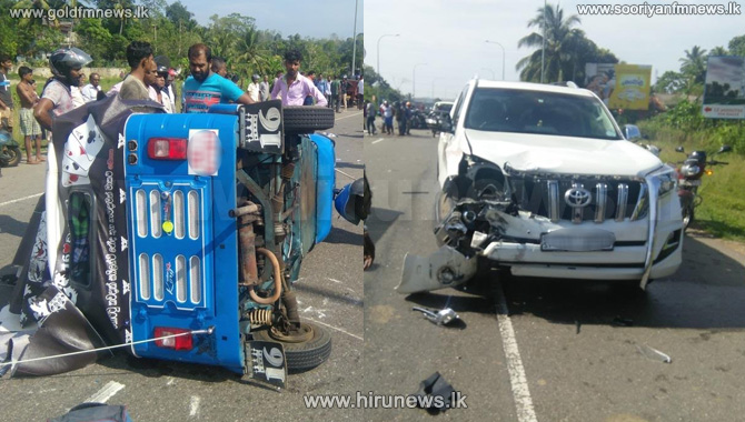 Luxury+jeep+and+three-wheeler+collide+on+the+access+road+to+Pinnaduwa+Expressway+
