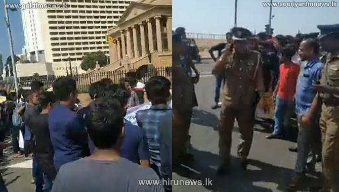 HNDA+students+still+near+the+Presidential+Secretariat