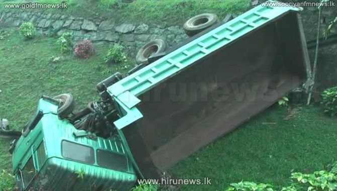 Four+Hospitalized+when+a+Tipper+met+with+an+accident+at+Kadugannawa