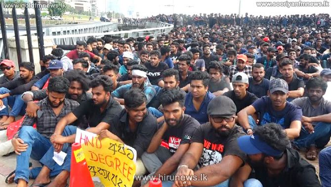 SEPARATE+AGITATION+CENTER+SET+UP+IN+COLOMBO%3B+HND+STUDENTS+PROTEST+IN+FRONT+OF+PRESIDENTIAL+SECRETARIAT