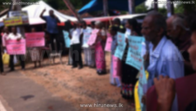 A+PROTEST+OPPOSITE+A+SCHOOL+IN+ANURADHAPURA