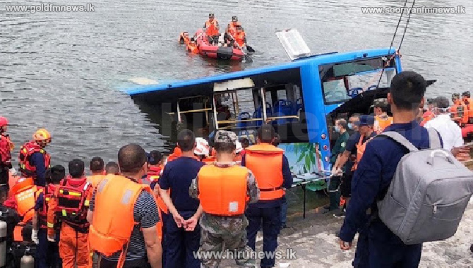 சீனாவில் பேருந்து ஒன்று நீர்த்தேக்கம் ஒன்றில் வீழ்ந்து விபத்து- 21 பேர் பலி
