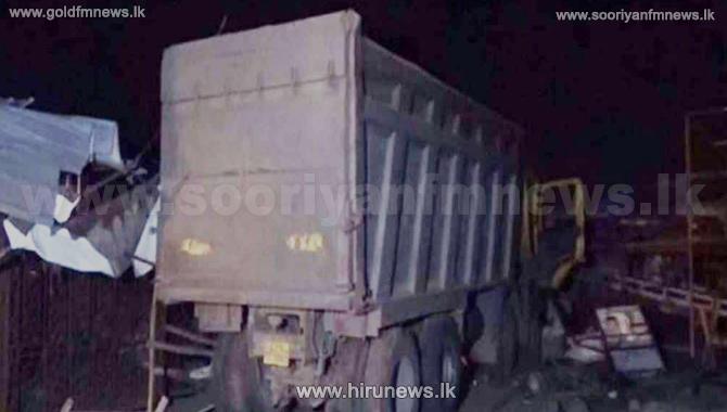 குஜராத்தில் பாரவூர்தி மோதி ஏற்பட்ட விபத்தில் 15 பேர் உயிரிழப்பு!
