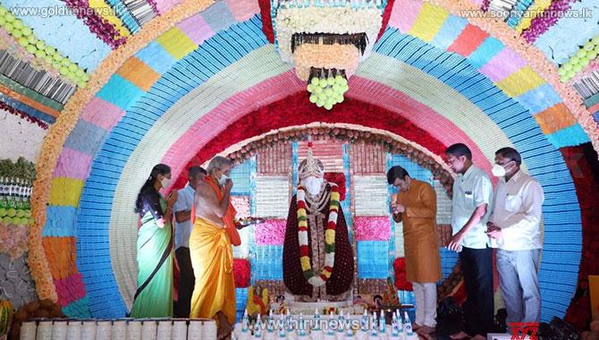 சாய்பாபாவுக்கு 10,000 முகக்கவசங்கள் - 3 இலட்சம் மாத்திரைகள் உள்ளிட்ட பொருட்களால் அலங்காரம்! (படங்கள்)