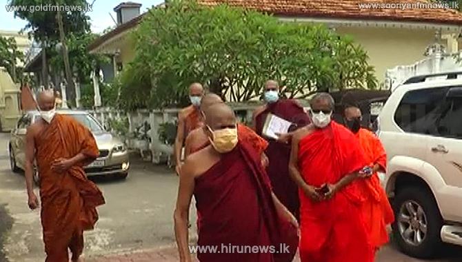 Monks+to+Abahyarama+on+Parakrama+Samudraya+walking+lane+concern+%28Video%29